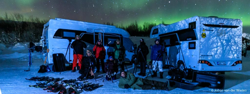 Arctic Aurora Chase 2019...  the end of the trip but not of the pictures  #aac2019  Op dit moment zitten we de laatste spullen te pakken in ons guesthouse. Na een lange rit van bijna 600km gisteren van bijna Noordkaap terug naar de kop van Finland werden we gastvrij onthaald met kampvuur en rendierstoofpot bij -20. Wat een waanzinnige eind van een nog waanzinnigere reis!  Helemaal fantastisch was het cadeautje van de groep: een ballon met een 2 en één met een 5 ... en sterretjes. Immers, dit was de 25e (!) reis die Finn Snaterse en ik samen hebben georganiseerd en begeleid sinds de eerste reis in 2010. Een mijlpaal en wat voor één.  Komende week wordt het ploeteren door een enorme berg aan geweldige beelden tijdens ons 3000km (!) lange barre tocht met onze campers door Finland, Zweden en de kop van Noorwegen en daarnaast nog alle duizenden timelapse beelden, filmpjes van de groep en zelfs noorderlicht op film. Kortom, voorlopig zijn jullie nog niet van mij af als het om de beelden van de Arctic Aurora Chase gaat... één ding is zeker, deze reis was om te proberen maar gaat vanaf nu in het assortiment!  Hierbij alvast één van de meest gave beelden die ik heb kunnen maken ,de groepsfoto in vol ornaat: campers, sneeuwschoenen, sleeën, statieven, noorderlicht, dikke kleding... en 8 gelukkige mensen. En dat alles bij -22.  groet Johan van der Wielen